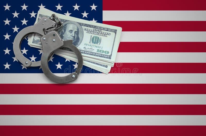 Σημαία των Ηνωμένων Πολιτειών της Αμερικής με τις χειροπέδες και μια δέσμη των δολαρίων Η έννοια της παράβασης του νόμου και των  στοκ εικόνες