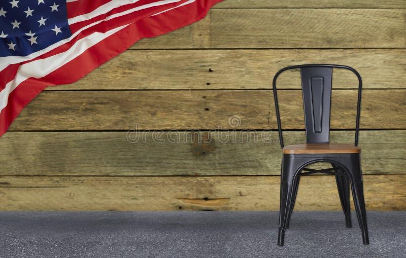 σημαία των ΗΠΑ με τη μαύρη ξύλινη, αμερικανική εθνική μέρα τοίχων καρεκλών χάλυβα στοκ εικόνα με δικαίωμα ελεύθερης χρήσης