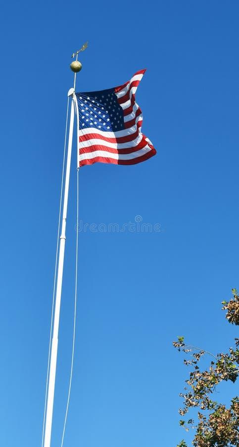 Σημαία των ΗΠΑ ο πόλος σημαιών που κυματίζει στον αέρα στοκ φωτογραφία
