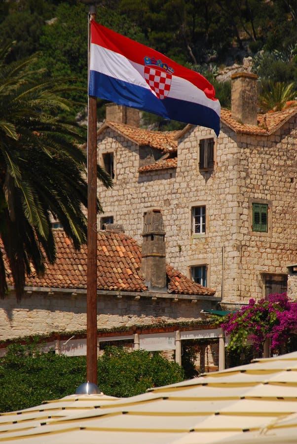 Σημαία Crotia που κυματίζει στον αέρα στην πόλη Hvar στοκ εικόνες με δικαίωμα ελεύθερης χρήσης