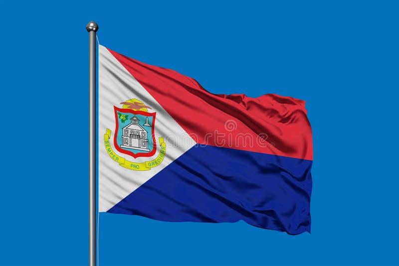 Σημαία Sint Maarten που κυματίζει στον αέρα ενάντια στο βαθύ μπλε ουρανό στοκ εικόνες