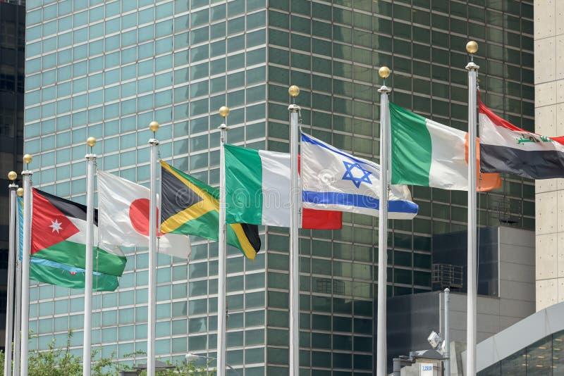 Σημαίες έξω από τα Ηνωμένα Έθνη που ενσωματώνουν τη Νέα Υόρκη στοκ φωτογραφία με δικαίωμα ελεύθερης χρήσης