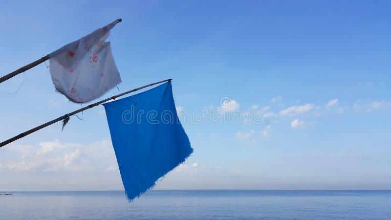 Σημαίες και υπόβαθρο μπλε ουρανού στοκ εικόνα με δικαίωμα ελεύθερης χρήσης