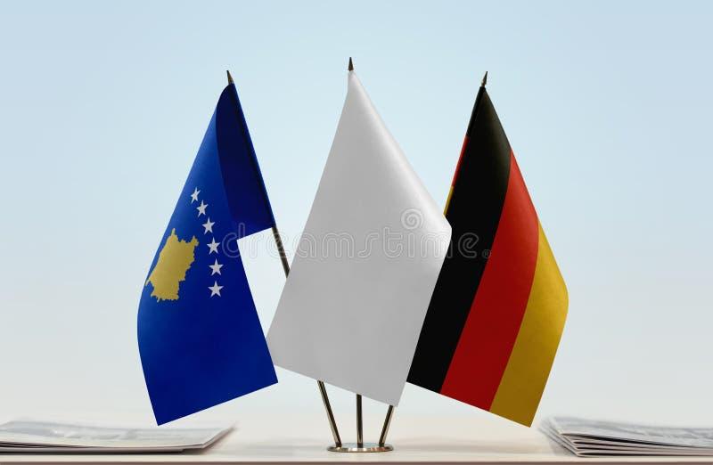 Σημαίες Κοσόβου και της Γερμανίας στοκ φωτογραφίες με δικαίωμα ελεύθερης χρήσης