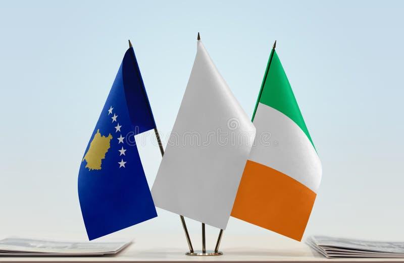 Σημαίες Κοσόβου και της Ιρλανδίας στοκ φωτογραφίες