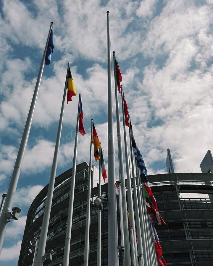 Σημαίες μπροστά από το ευρωπαϊκό Parlement στο Στρασβούργο στοκ φωτογραφία με δικαίωμα ελεύθερης χρήσης