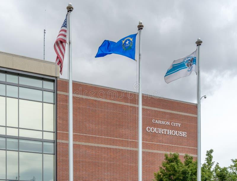 Σημαίες που πετούν μπροστά από το δικαστήριο πόλεων του Carson στοκ φωτογραφία με δικαίωμα ελεύθερης χρήσης
