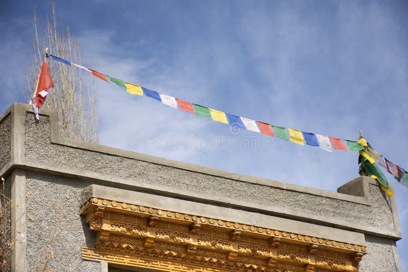 Σημαίες προσευχής στη στέγη του σπιτιού στο χωριό Leh Ladakh στην κοιλάδα Himalayan στο Τζαμού και Κασμίρ, Ινδία στοκ εικόνες