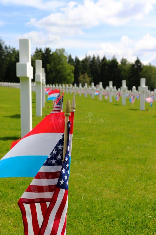 Σημαίες στους τάφους στο λουξεμβούργια αμερικανικά νεκροταφείο και το μνημείο στοκ φωτογραφία με δικαίωμα ελεύθερης χρήσης