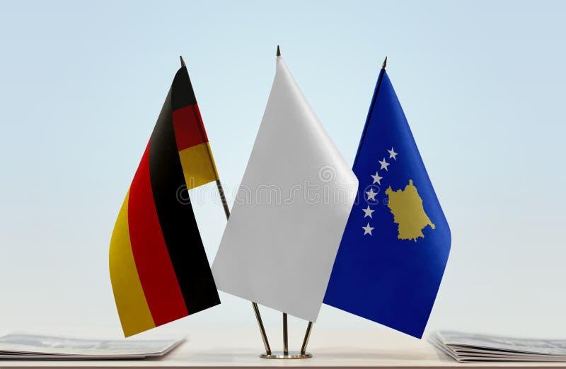 Σημαίες της Γερμανίας και Κοσόβου στοκ εικόνα με δικαίωμα ελεύθερης χρήσης