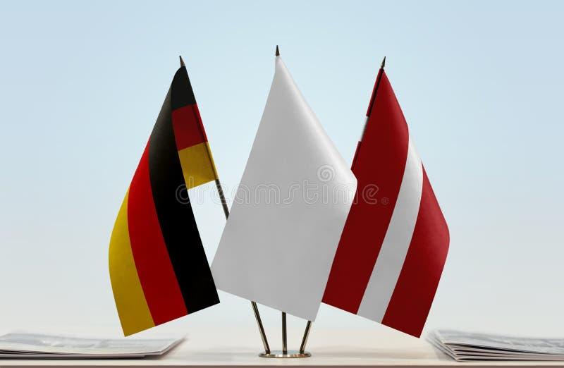 Σημαίες της Γερμανίας και της Λετονίας στοκ εικόνα