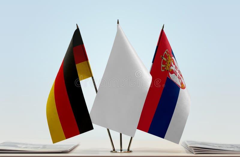 Σημαίες της Γερμανίας και της Σερβίας στοκ φωτογραφίες