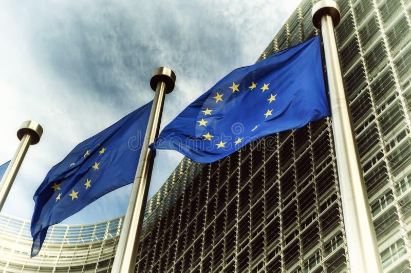 Σημαίες της ΕΕ μπροστά από το κτήριο της Ευρωπαϊκής Επιτροπής στοκ εικόνες με δικαίωμα ελεύθερης χρήσης