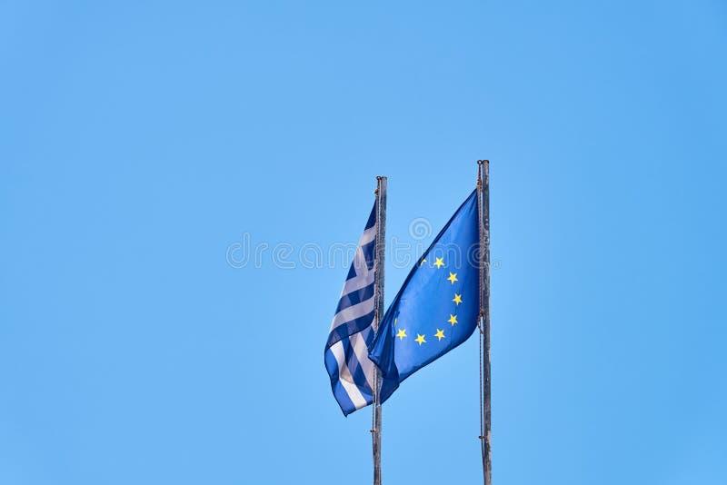 Σημαίες της Ελλάδας και της Ευρώπης κατά ενός καθαρού μπλε ουρανού στοκ φωτογραφίες