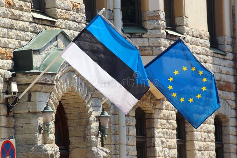 Σημαίες της εσθονικής και Ευρωπαϊκής Ένωσης σε ένα κτήριο στο Ταλίν, Εσθονία στοκ εικόνα
