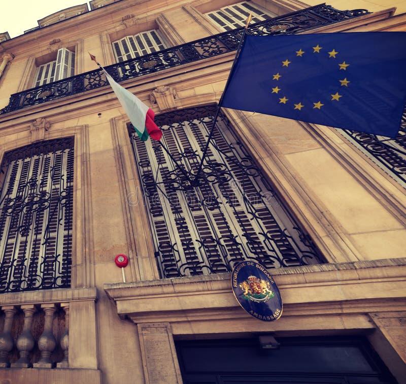 Σημαίες της Ευρωπαϊκής Ένωσης και Bulgary στη βουλγαρική emabassy πρόσοψη στοκ φωτογραφίες με δικαίωμα ελεύθερης χρήσης