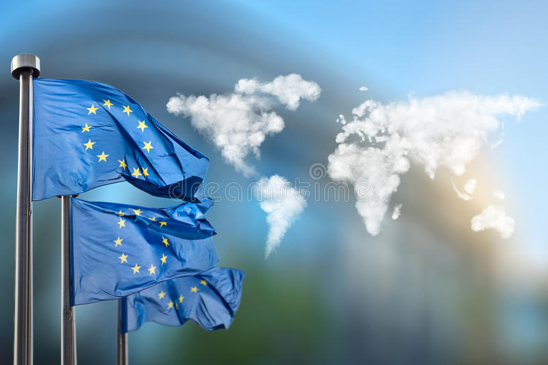 Σημαίες της Ευρωπαϊκής Ένωσης με το χάρτη σύννεφων στοκ φωτογραφία με δικαίωμα ελεύθερης χρήσης