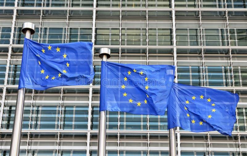 Σημαίες της Ευρωπαϊκής Ένωσης στο κτήριο της Ευρωπαϊκής Επιτροπής στις Βρυξέλλες στοκ εικόνα με δικαίωμα ελεύθερης χρήσης