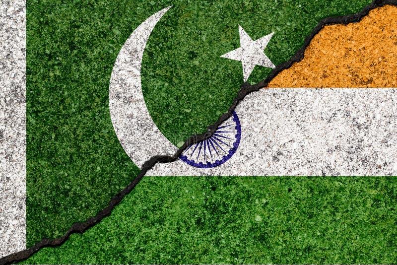 Σημαίες της Ινδίας και του Πακιστάν που χρωματίζονται στο ραγισμένο υπόβαθρο τοίχων απεικόνιση αποθεμάτων
