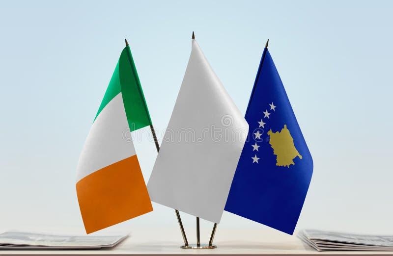 Σημαίες της Ιρλανδίας και Κοσόβου στοκ εικόνα με δικαίωμα ελεύθερης χρήσης