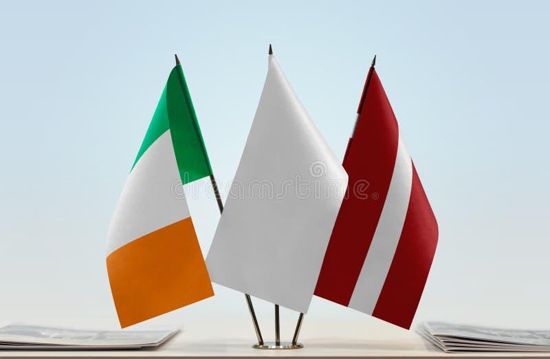 Σημαίες της Ιρλανδίας και της Λετονίας στοκ εικόνα