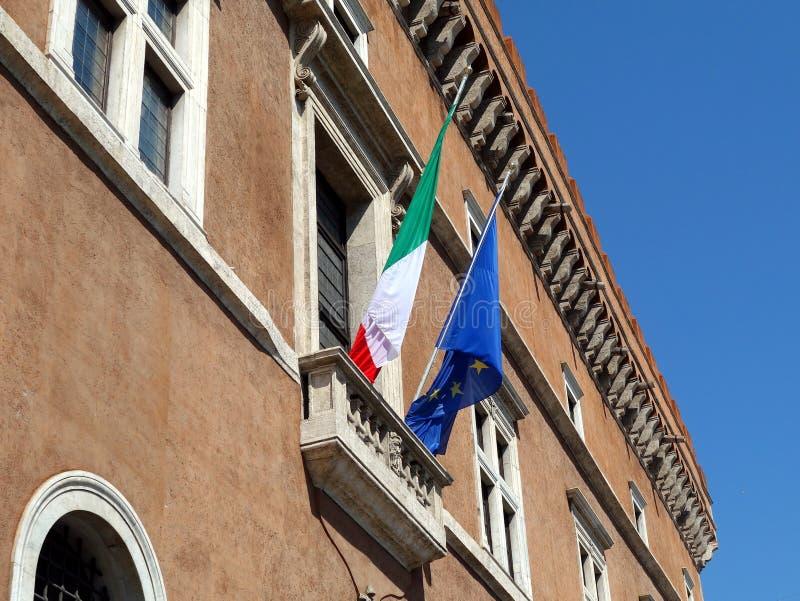 Σημαίες της ιταλικής και Ευρωπαϊκής Ένωσης στοκ εικόνες