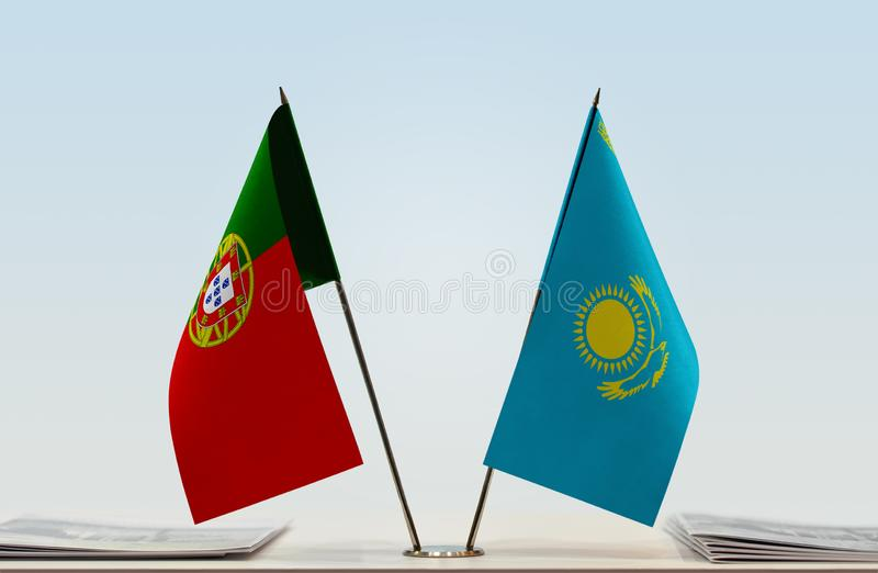 Σημαίες της Πορτογαλίας και του Καζακστάν στοκ φωτογραφίες με δικαίωμα ελεύθερης χρήσης