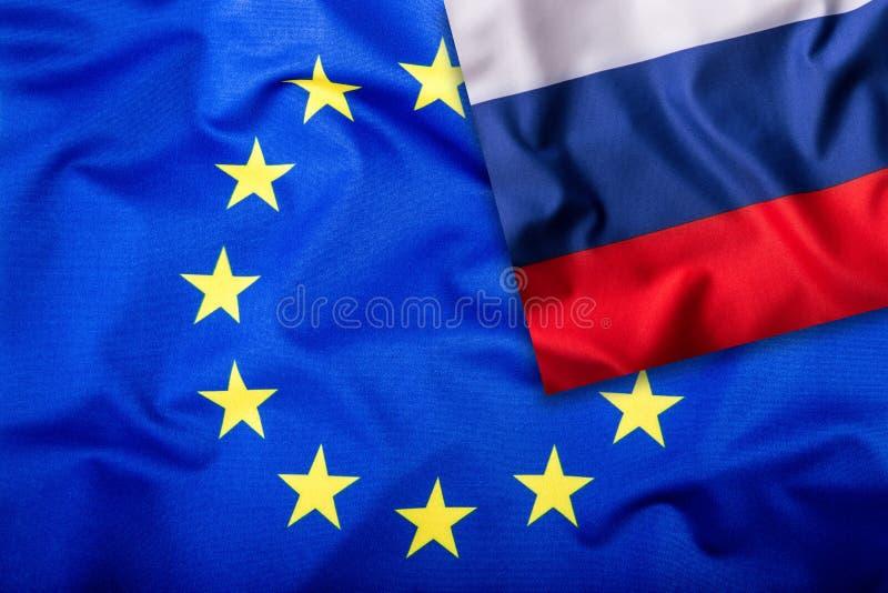 Σημαίες της Ρωσίας και της Ευρωπαϊκής Ένωσης Σημαία της Ρωσίας και σημαία της ΕΕ Σημαία μέσα στα αστέρια Έννοια παγκόσμιων σημαιώ στοκ εικόνα με δικαίωμα ελεύθερης χρήσης