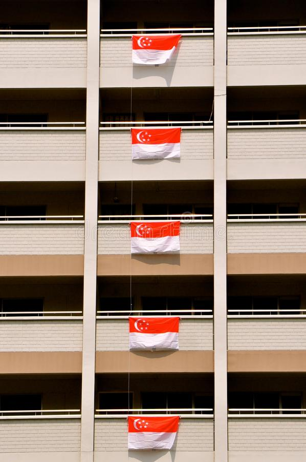 Σημαίες της Σιγκαπούρης που επιδεικνύεται για τους εορτασμούς ημέρας της ανεξαρτησίας στοκ φωτογραφίες