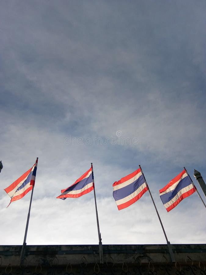 Σημαίες της Ταϊλάνδης με το δραματικό ουρανό στοκ φωτογραφίες με δικαίωμα ελεύθερης χρήσης