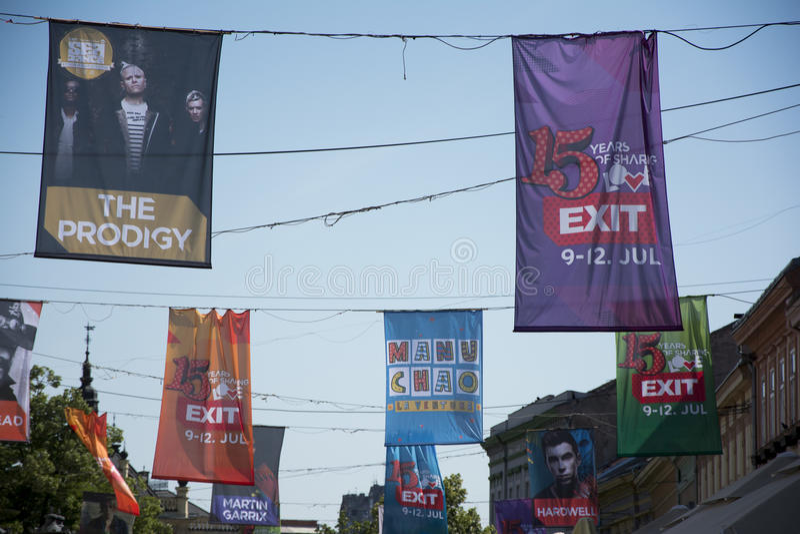 Σημαίες του φεστιβάλ 2015 ΕΞΟΔΩΝ στο κέντρο πόλεων του Νόβι Σαντ στοκ φωτογραφία