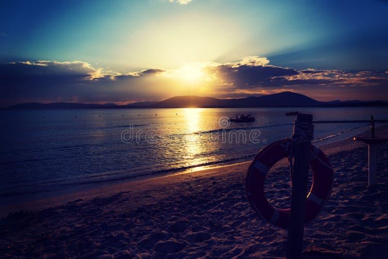 Σημαντήρας ζωής θαλασσίως σε ένα φυσικό ηλιοβασίλεμα στοκ φωτογραφίες με δικαίωμα ελεύθερης χρήσης