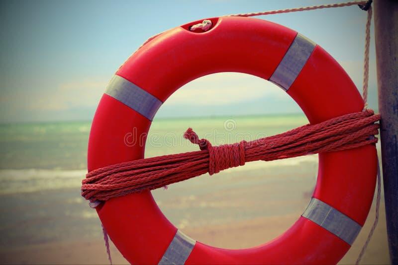 σημαντήρας ζωής κοντά στη θάλασσα με την εκλεκτής ποιότητας επίδραση στοκ φωτογραφίες