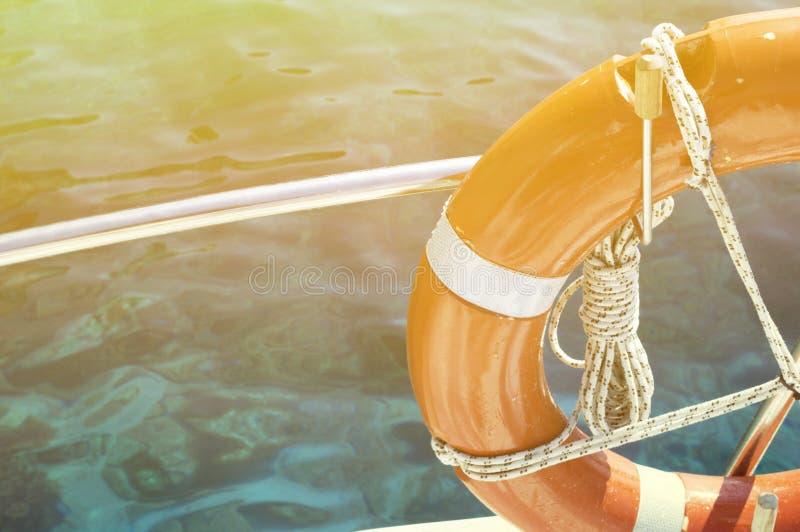 Σημαντήρας ζωής που συνδέεται με το κρουαζιερόπλοιο στοκ εικόνες