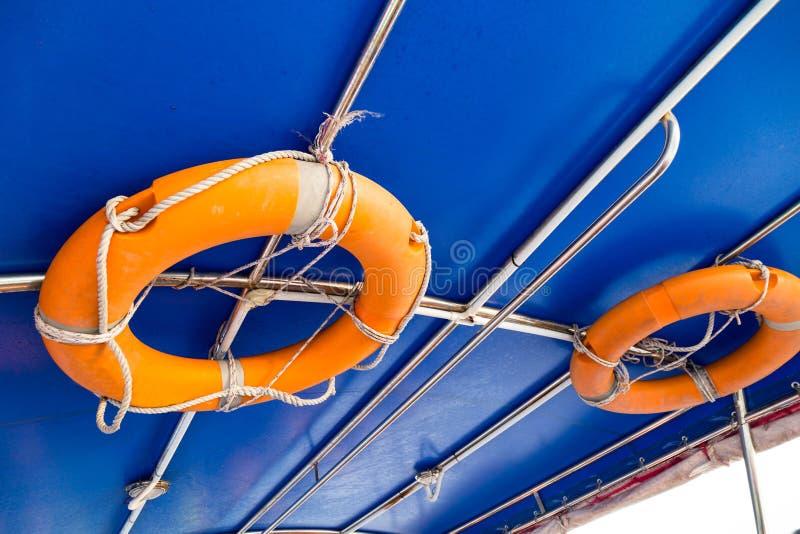 Σημαντήρας ζωής που συνδέεται με το ανώτατο όριο της βάρκας στοκ φωτογραφία με δικαίωμα ελεύθερης χρήσης