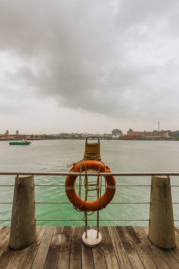 Σημαντήρας ζωής σε μια όχθη ποταμού στοκ φωτογραφίες με δικαίωμα ελεύθερης χρήσης