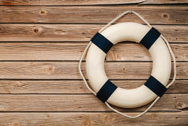 Σημαντήρας ζωής στο ξύλινο υπόβαθρο τοίχων στοκ φωτογραφία με δικαίωμα ελεύθερης χρήσης