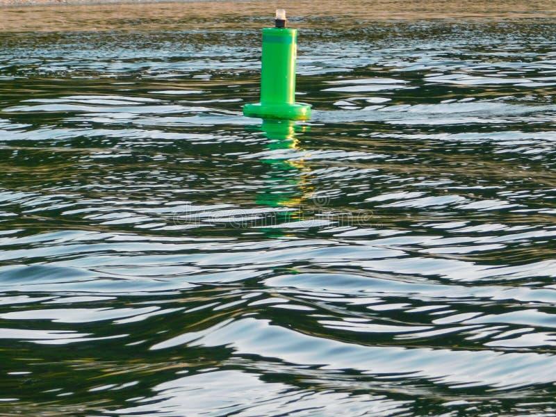 Σημαντήρας που επιπλέει στο νερό στοκ εικόνα με δικαίωμα ελεύθερης χρήσης