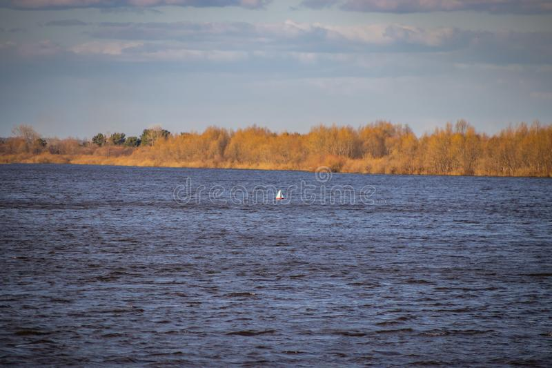 Σημαντήρας σε έναν πλεύσιμο ποταμό, που προειδοποιεί για τον κίνδυνο στα σκάφη στοκ εικόνες