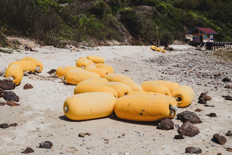 Σημαντήρες αφρού στην παραλία στοκ εικόνες