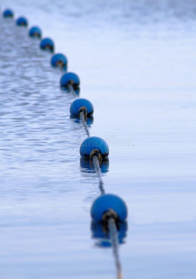 Σημαντήρες κατά μήκος του ύδατος στοκ εικόνες με δικαίωμα ελεύθερης χρήσης