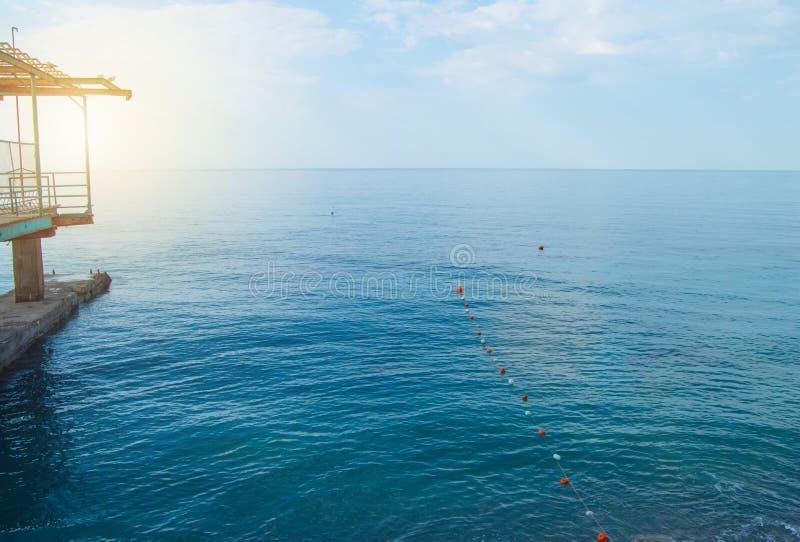 Σημαντήρες χωρισμού στη θάλασσα για την ασφαλή κολύμβηση στην παραλία στοκ εικόνες