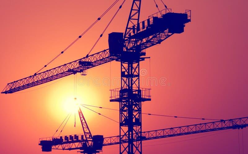 Σημαντική έννοια γερανών κατασκευής προγράμματος στέγασης κατασκευής στοκ εικόνα με δικαίωμα ελεύθερης χρήσης
