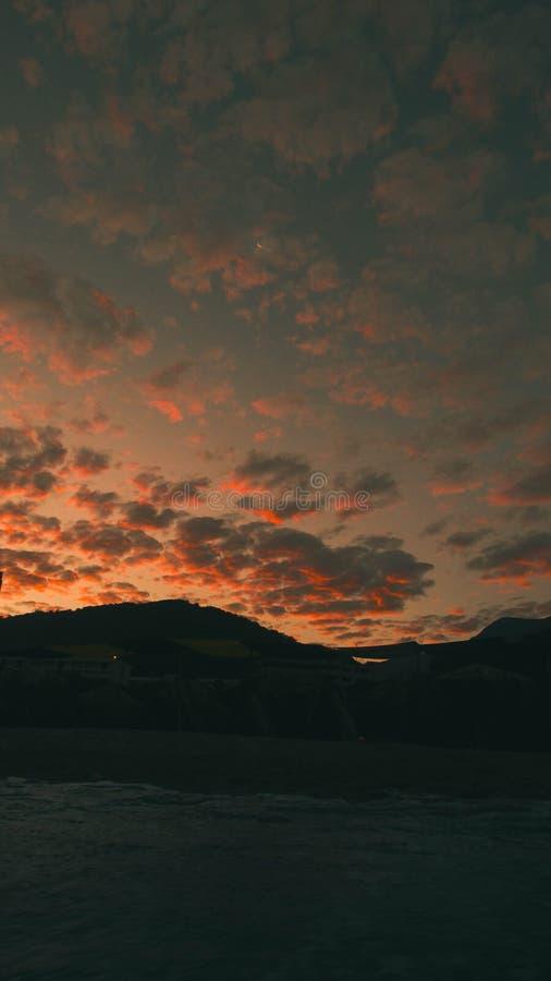 Σημαντικός πορτοκαλής ουρανός παραλιών στοκ εικόνα