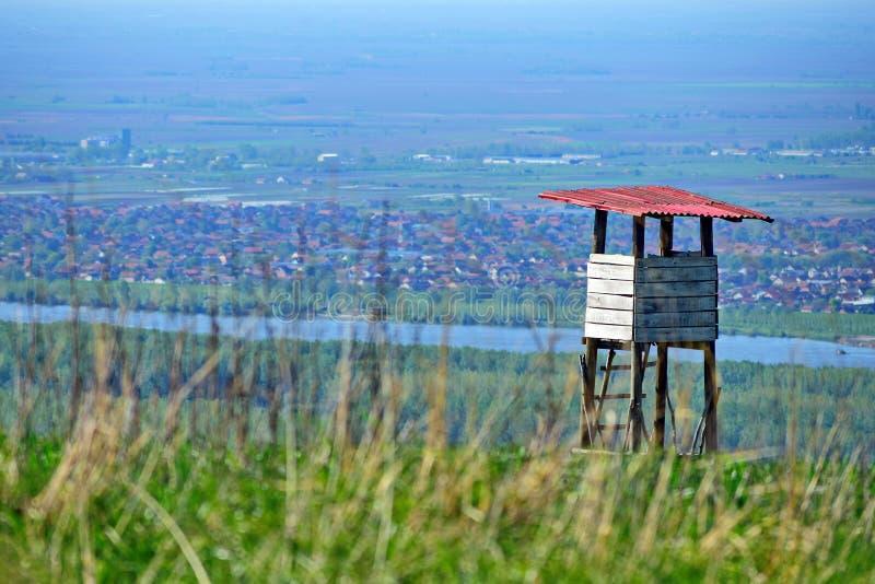 Σημείο άποψης μέχρι το λόφο με τις αγροτικές περιοχές γύρω από τον ποταμό στοκ εικόνα με δικαίωμα ελεύθερης χρήσης