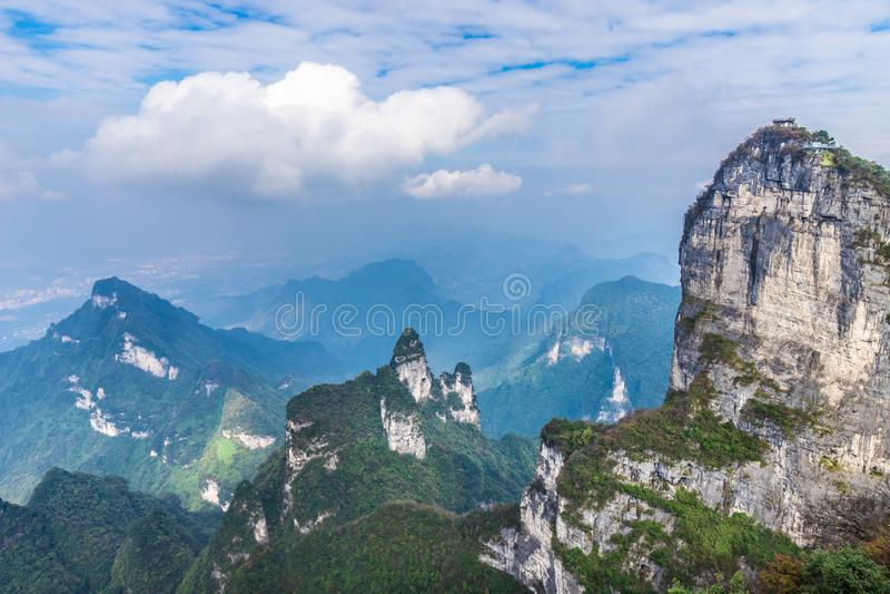 Σημείο άποψης στην κορυφή του εθνικού πάρκου Zhangjiagie Τσάνγκσα Hunan Κίνα βουνών Tianmen στοκ εικόνες
