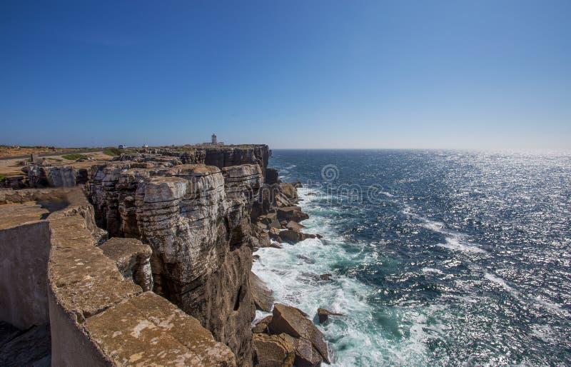 Σημείο άποψης της θάλασσας με τους βράχους κοντά στο φάρο του ακρωτηρίου Carvoeiro, Peniche, Πορτογαλία στοκ φωτογραφίες με δικαίωμα ελεύθερης χρήσης