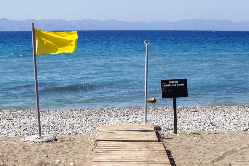 Σημείο δειγματοληψίας νερού για την μπλε παραλία σημαιών στοκ εικόνα