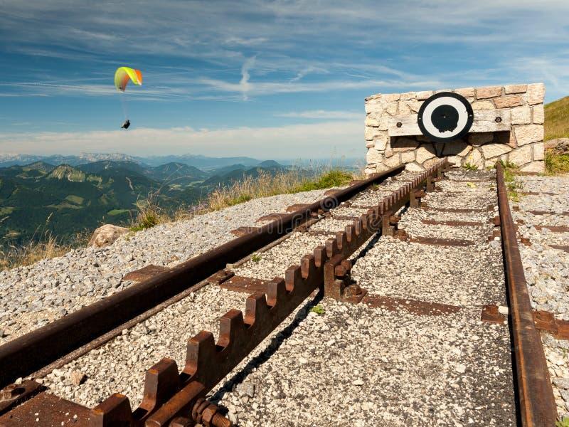 Σημείο τέλους ενός σιδηροδρόμου ραφιών στην κορυφή ενός βουνού με ένα parag στοκ εικόνες με δικαίωμα ελεύθερης χρήσης