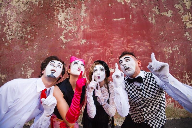 Σημείο τεσσάρων mimes στην κορυφή σε έναν κόκκινο τοίχο στοκ φωτογραφία με δικαίωμα ελεύθερης χρήσης